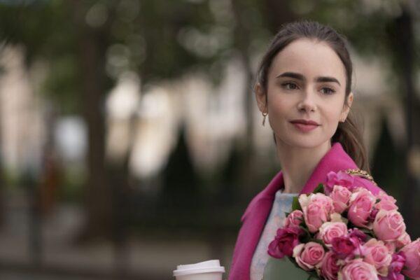 Lily Collins nei panni di Emily nel quarto episodio di Emily In Paris. Credits: Stephanie Branchu/Netflix