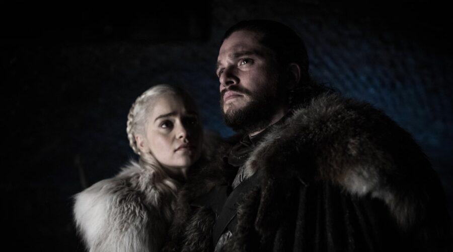 Da sinistra: Emilia Clarke (Daenerys) e Kit Harington (Jon Snow) in una scena di Il Trono Di Spade 8. Credits: HBO via Rai 4.