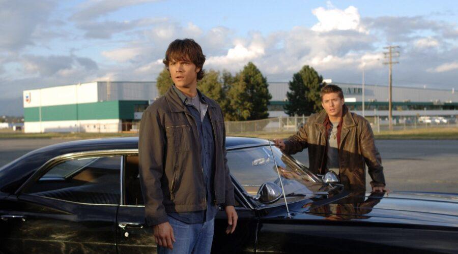Da sinistra: Jared Padalecki (Sam) e Jensen Ackles (Dean) in Supernatural. Credits: Spike.