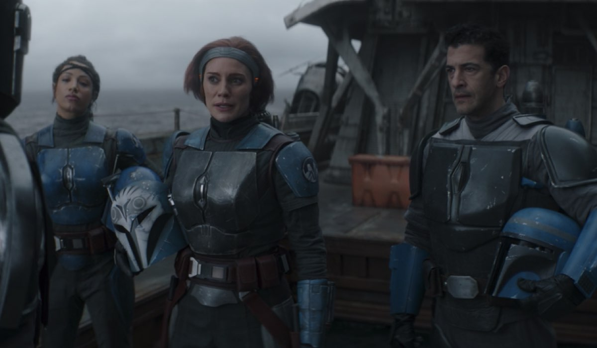 Da sinistra: Sasha Banks (Koska Reeves), Katee Sackhoff (Bo-Katan Kryze) e Simon Kassianides (Axe Woves) in The Mandalorian 2x03. © 2020 Lucasfilm Ltd. & TM. All Rights Reserved.
