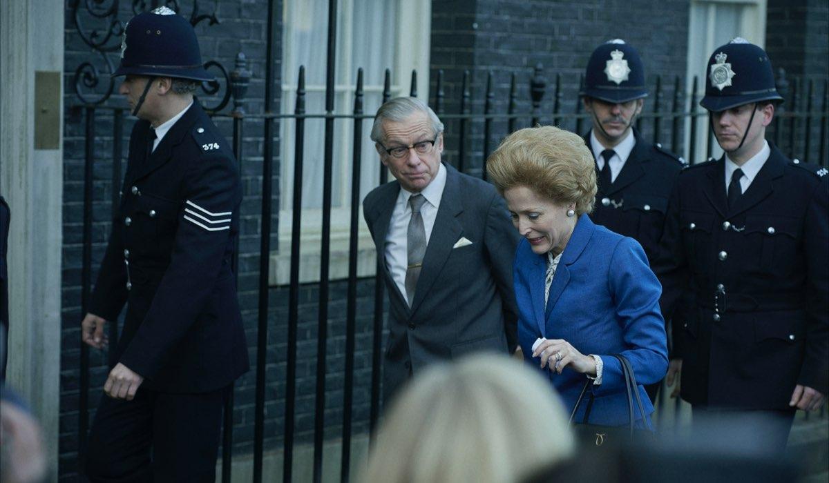 Da sinistra: Stephen Boxer (Denis Thatcher) e Gillian Anderson (Margaret Thatcher) in The Crown 4. Credits: Des Willie/Netflix.