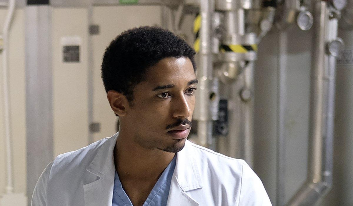 Doc - Nelle tue mani Alberto Malanchino nel ruolo di Gabriel Kidane con il camice da medico Credits RAI