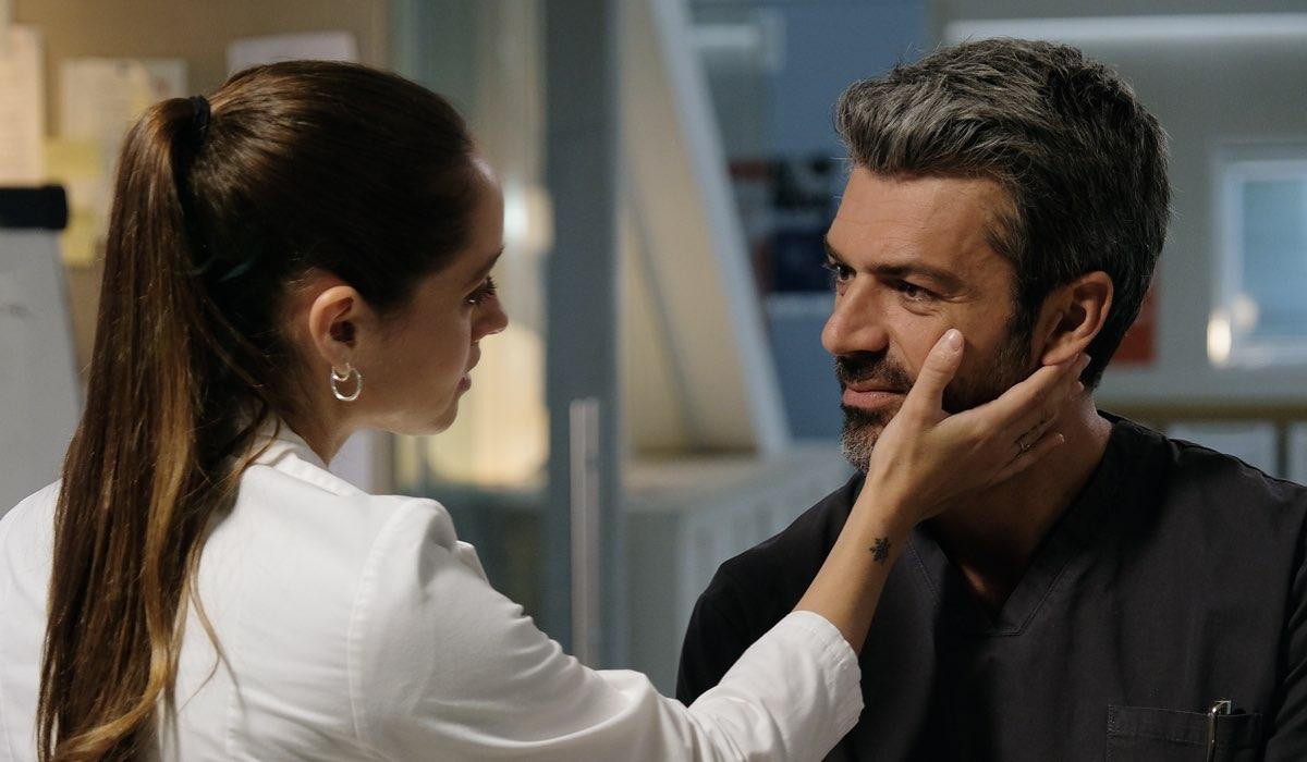 Doc - Nelle tue mani Giulia Giordano e Andrea Fanti interpretati rispettivamente da Matilde Gioli e Luca Argentero, qui in una scena della prima stagione Credits RAI