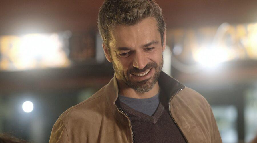 Doc - Nelle tue mani Luca Argentero nei panni di Andrea Fanti, qui in una scena mentre sorride a Riccardo Credits RAI