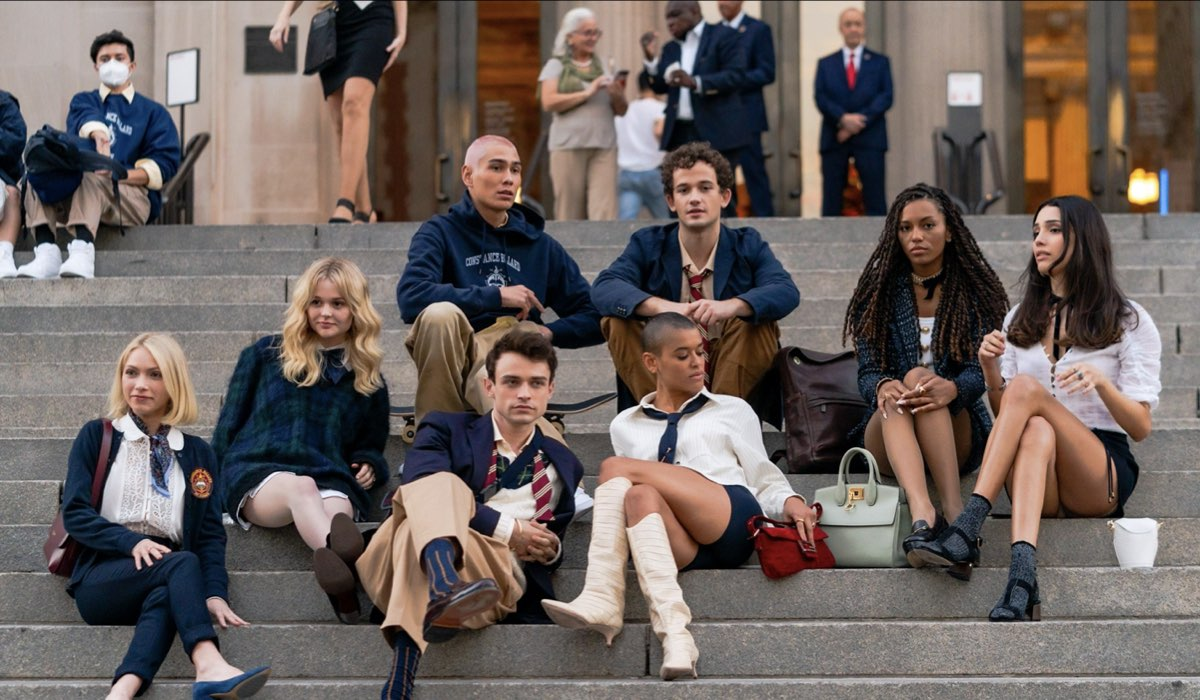 Da sinistra a destra: Tavi Gevinson, Emily Alyn Lind, Evan Mock, Thomas Doherty, Eli Brown, Jordan Alexander, Savannah Lee Smith and Zion Moreno durante le riprese di Gossip Girl. Credits: Gotham/GC Images.