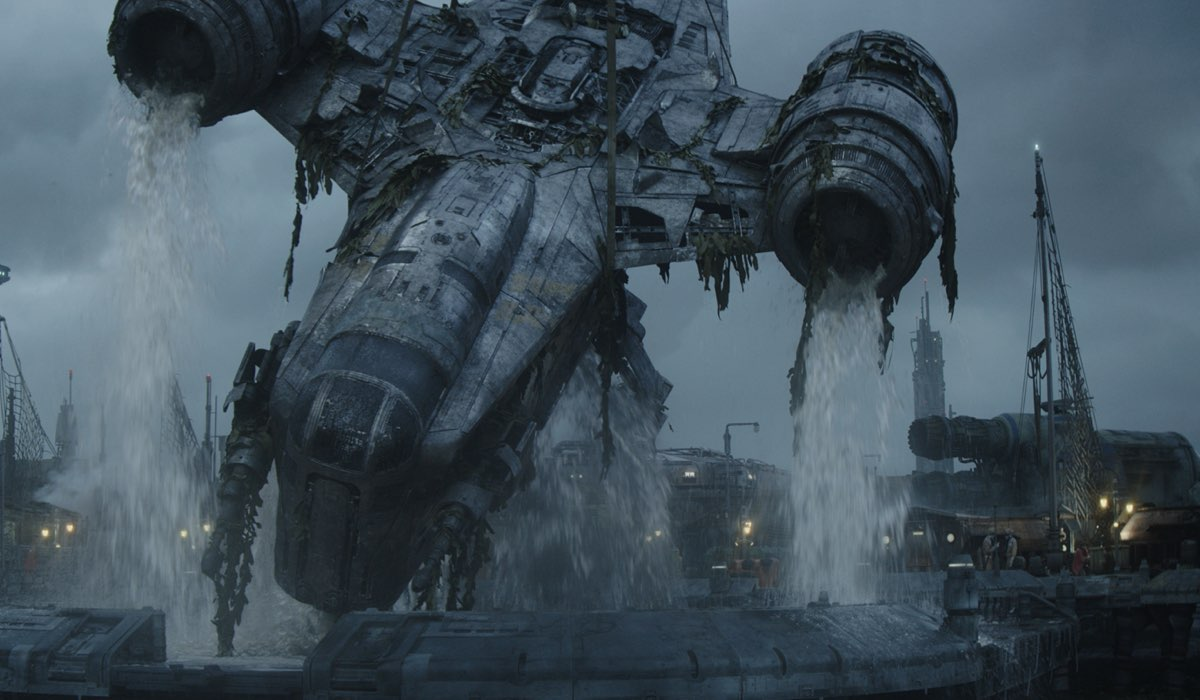 La Razor Crest atterra su Trask in The Mandalorian 2x03. © 2020 Lucasfilm Ltd. & TM. All Rights Reserved.
