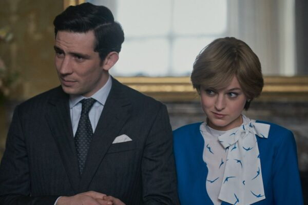 The Crown 4 stagione, qui una foto del fidanzamento tra Lady Diana e il Principe Carlo, interpretati da Josh O'Connor e Emma Corrin Credits Netflix