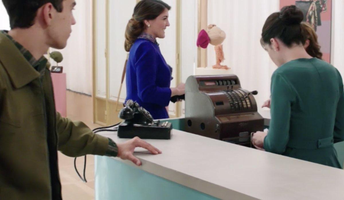 Una scena de Il Paradiso delle Signore 5 con la signora Ridolfi interpretata da Carlotta Proietti, figlia di Gigi Proietti, qui nella puntata 19 Credits RAI