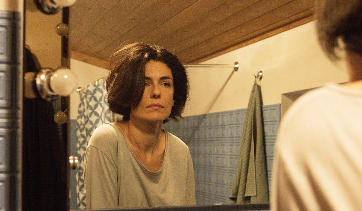 Vite in fuga Silvia che diventa Anna interpretata da Anna Valle Credits RAI