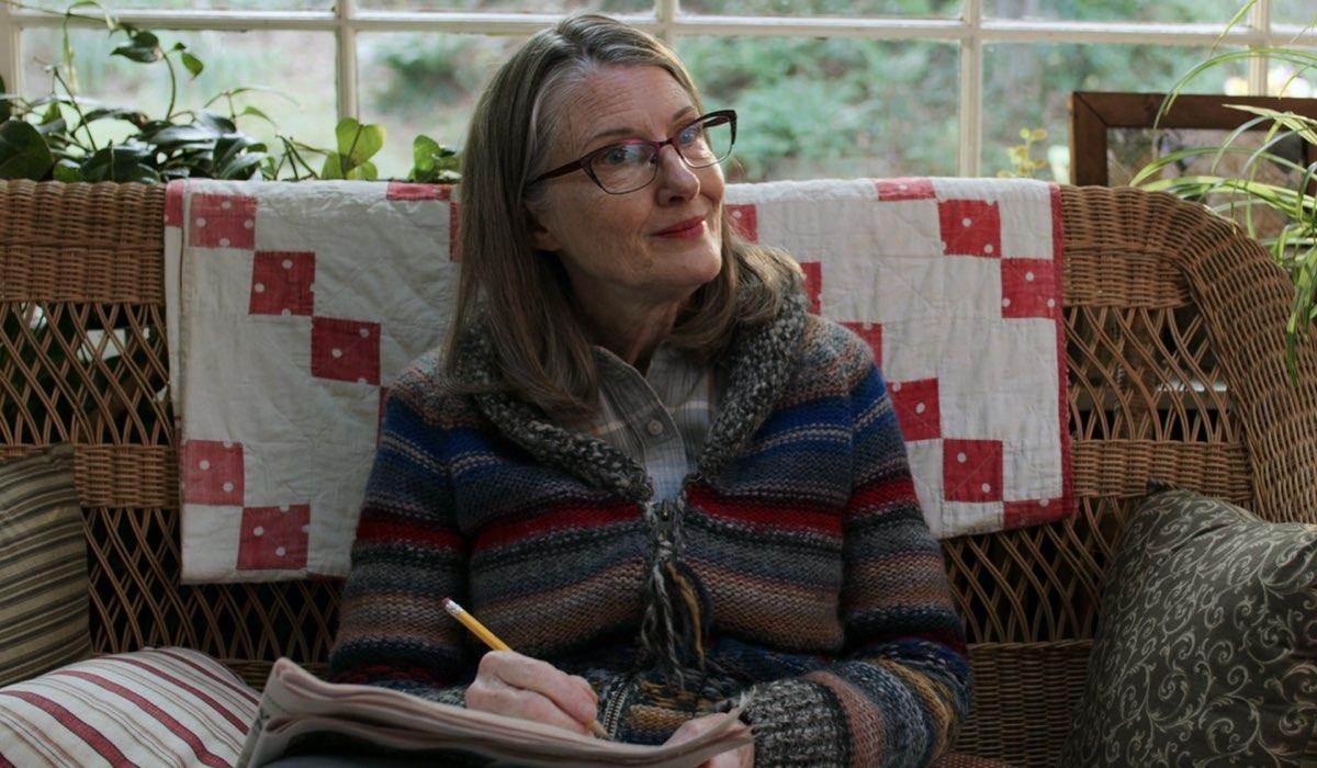 Annette O'Toole (Hope) in una scena di Virgin River. Credits: Netflix.