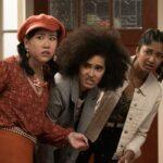 Da sinistra: Ramona Young (Eleanor), Lee Rodriguez (Fabiola) e Maitreyi Ramakrishnan (Devi) in Non Ho Mai 2. Credits: Isabella B. Vosmikova/Netflix.