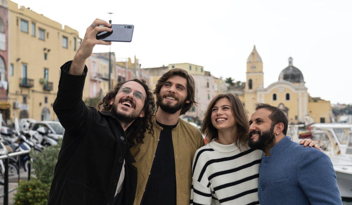 Da sinistra: Gianluca Fru (Luca), Angelo Spagnoletti (Daniel), Cristina Cappelli (Matilda) e Fabio Balsamo (Sandro). Credits: Netflix.