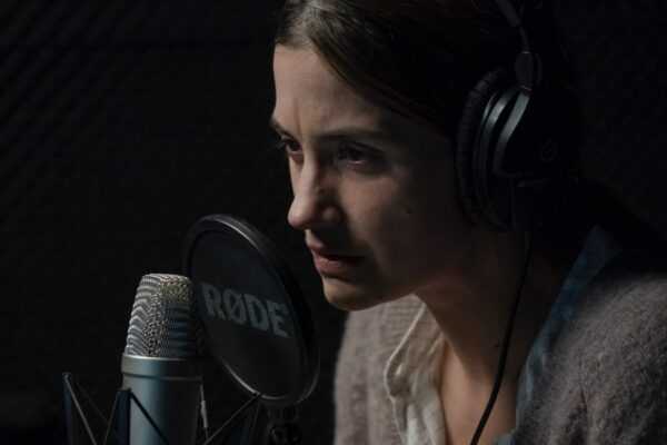 La protagonista in una scena di Equinox. Credits: Tine Harden/Netflix.