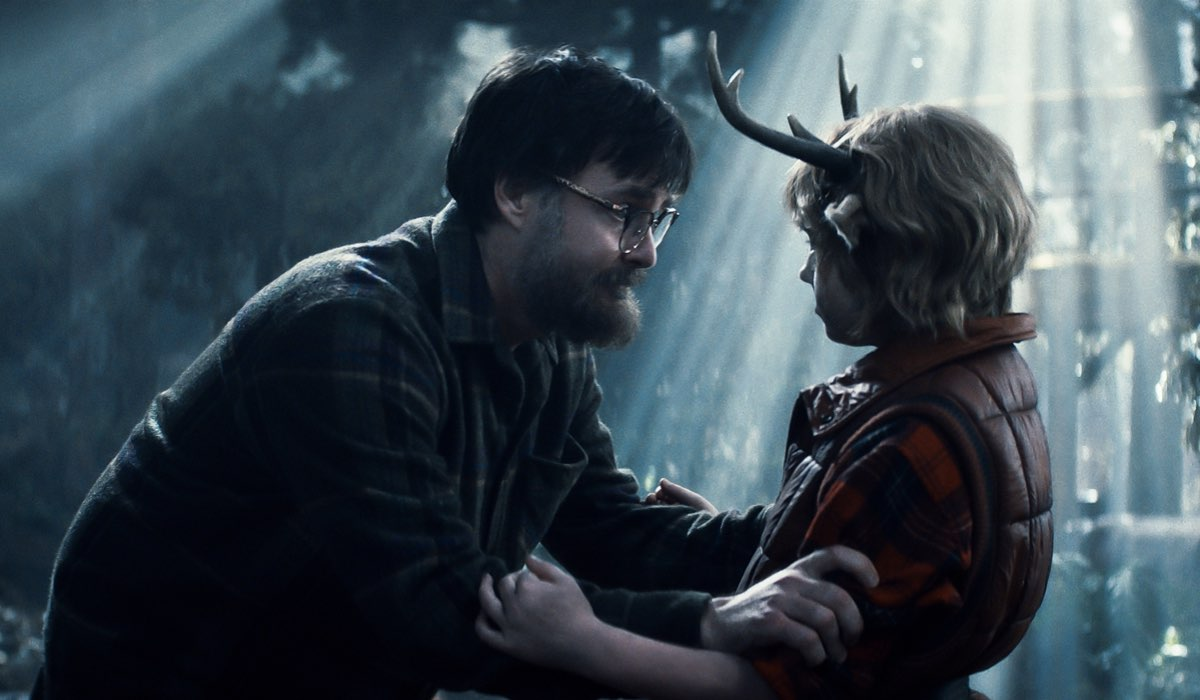 "Richard (Will Forte) e Gus (Christian Convery) in una scena di ""Sweet Tooth"". Credits: Netflix."