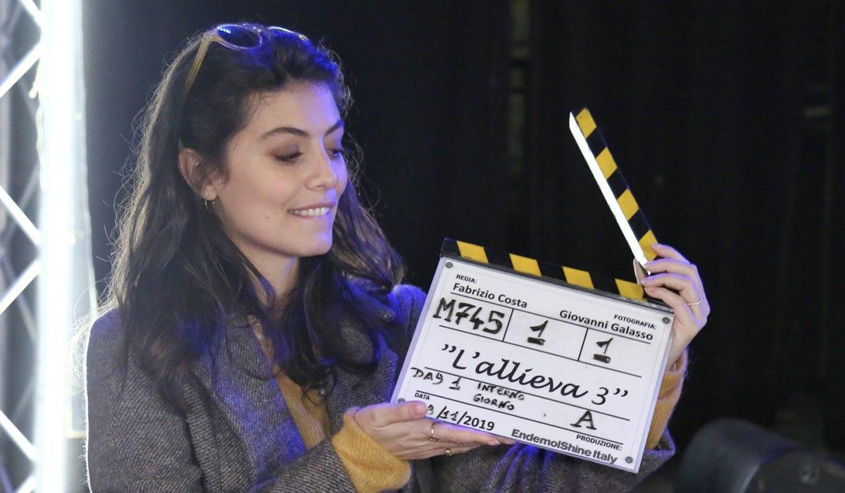 Alessandra Mastronardi interpreta Alice Allevi nella fiction L'Allieva, qui con in mano il ciak della terza stagione Credits P. Bruni e Rai