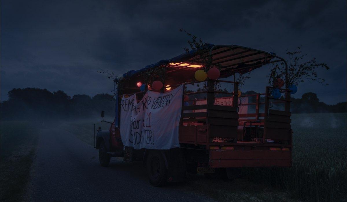 Il bus degli studenti scomparsi nel 1999. Credits: Tine Harden/Netflix.