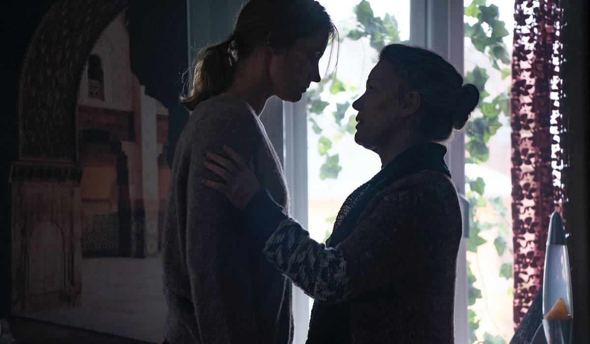 Da sinistra: Astrid (Dana Curcic) e la madre Lene (Hanne Hedelund) in una scena di Equinox. Credits: Tine Harden/Netflix.