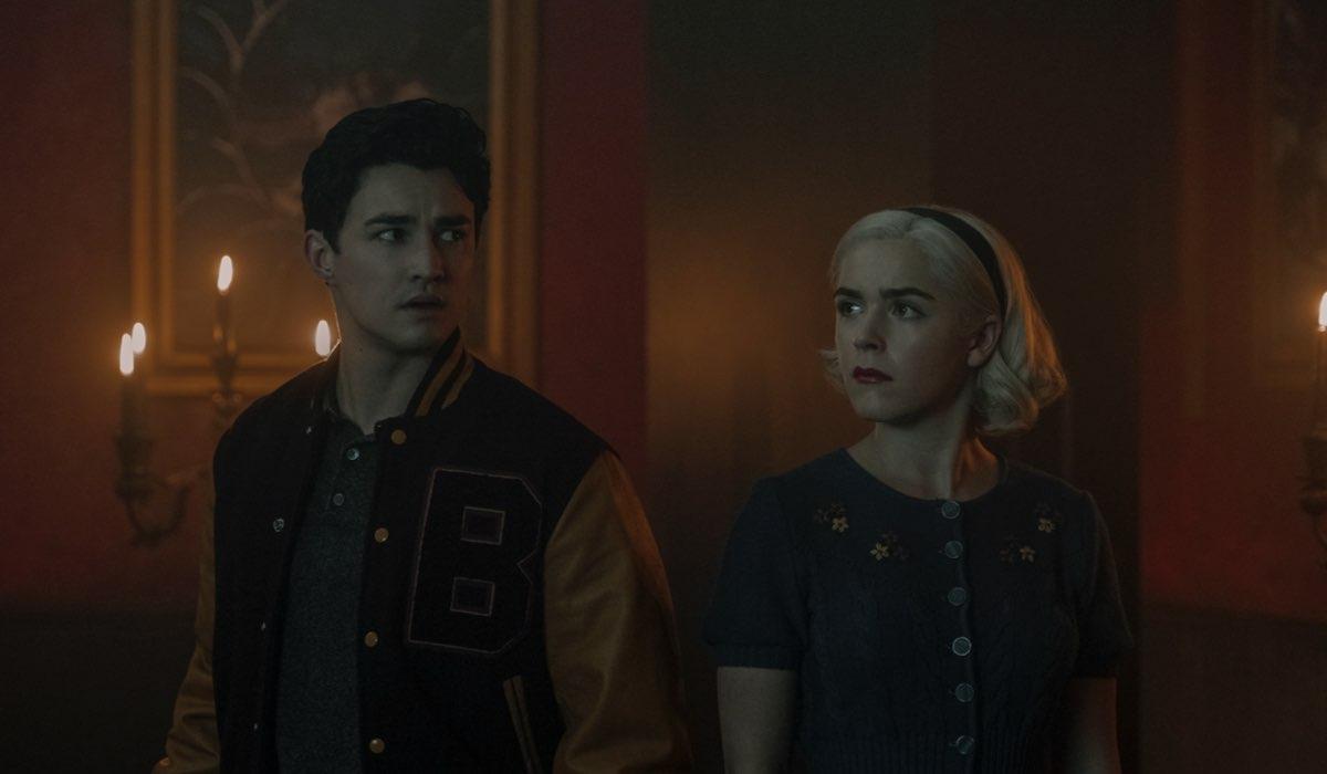 Da sinistra: Nicholas (Gavin Leatherwood) e Sabrina (Kiernan Shipka) in una scena di Le Terrificanti Avventure di Sabrina Parte 4. Credits: Diyah Pera/Netflix.