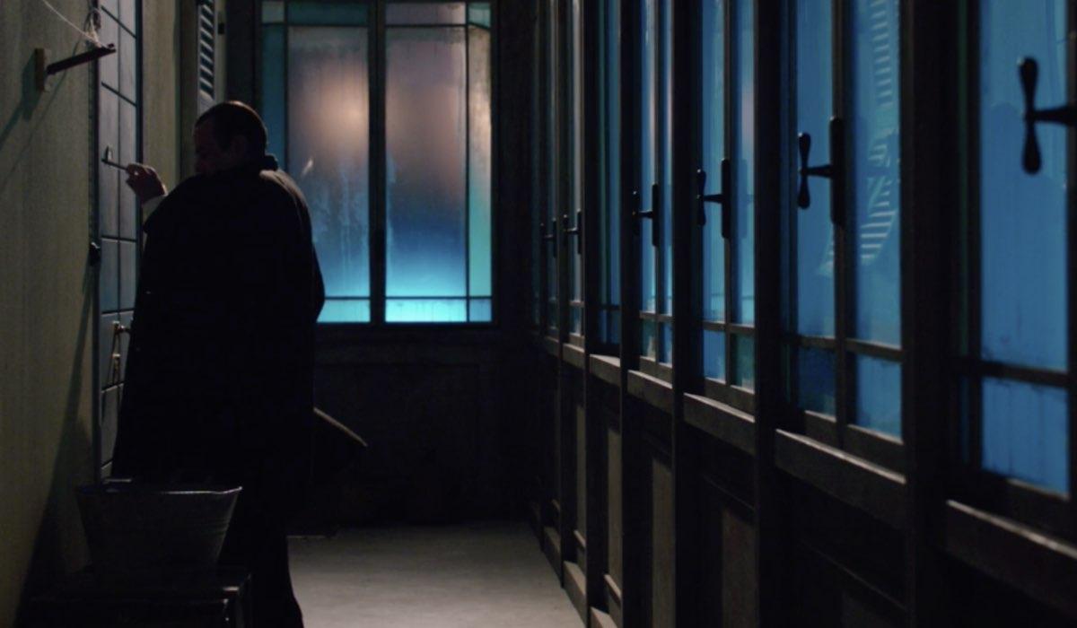 Il Paradiso delle Signore 5 Giuseppe Amato interpretato da Nicola Rignanese bussa alla porta di casa, qui nella puntata 46 Credits Rai
