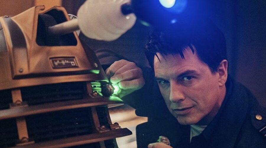 John Barrowman nei panni di Jack Harkness in una scena di Doctor Who Speciale 2020. Credits: @bbcdoctorwho/Instagram.
