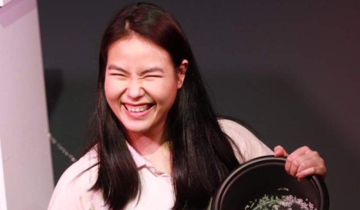 L'attrice Chi Nguyen (Jeanette in The Wilds) In una foto pubblicata sul suo profilo Twitter