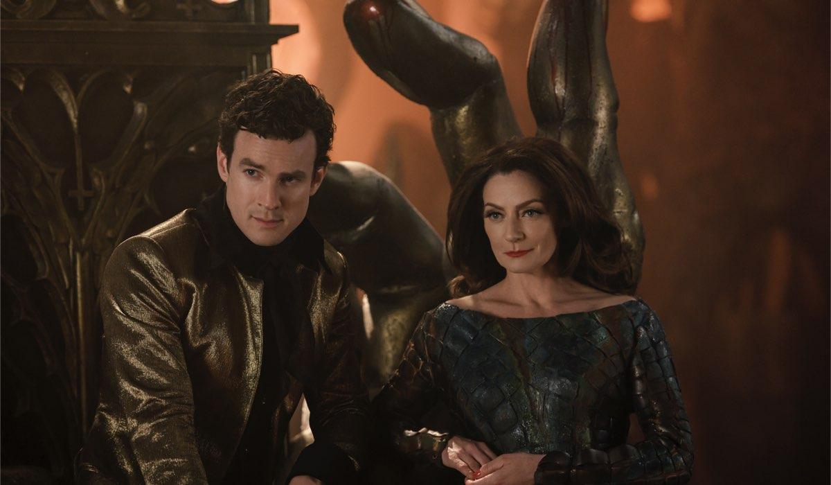 Da sinistra: Lucifero (Luke Cook) e Madame Satana (Michelle Gomez) in una scena della parte 4. Credits: Diyah Pera/Netflix.