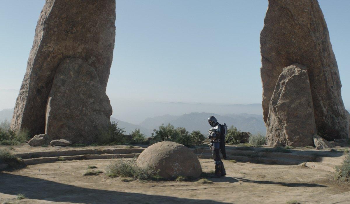Il Mandaloriano (Pedro Pascal) e Grogu su Tython nell'episodio 6 di The Mandalorian Stagione 2. Credits: Disney Plus.
