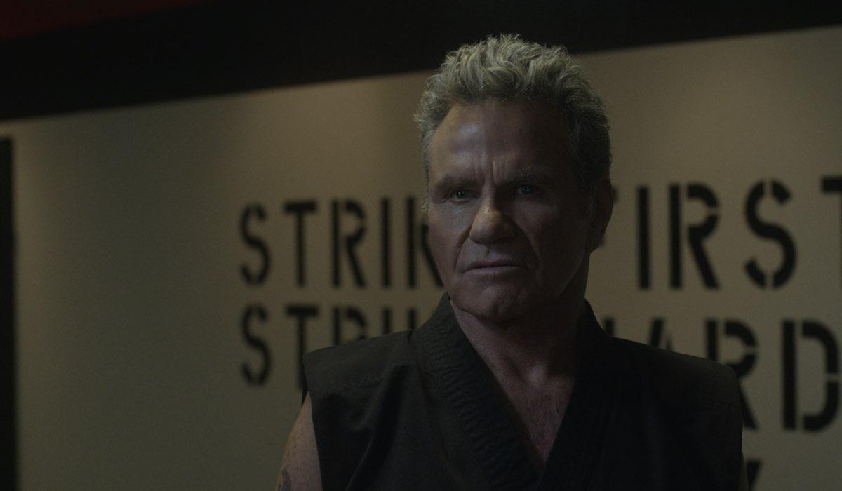 John Kreese (Martin Kove) in una scena della terza stagione di Cobra Kai. Credits: Netflix.