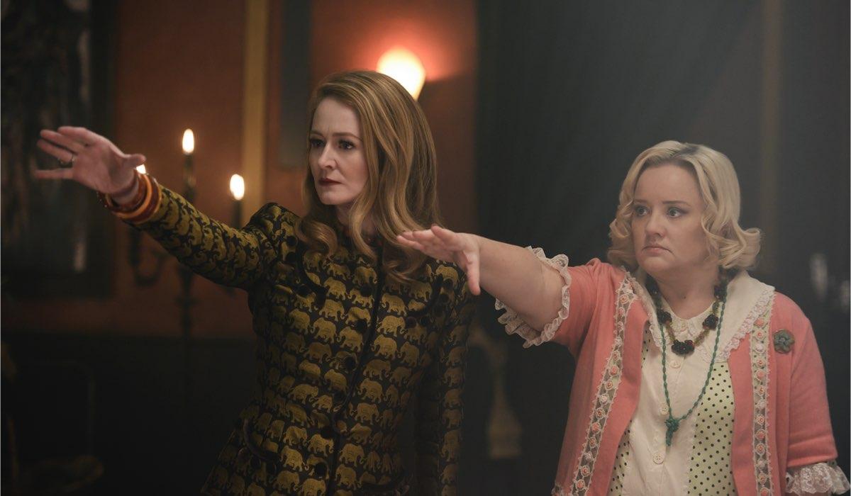Da sinistra: Zelda (Miranda Otto) e Hilda Satana (Lucy Davis) in una scena di Le Terrificanti Avventure di Sabrina Parte 4. Credits: Diyah Pera/Netflix.