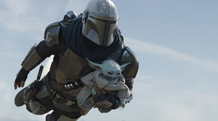 Il Mandaloriano (Pedro Pascal) e il Bambino atterrano su Tython. Credits: Disney Plus.