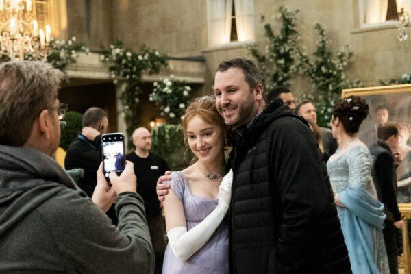 Da sinistra: Phoebe Dynevor abbracciata a Chris Van Dusen, showrunner e ideatore della serie. Credits: Liam Daniel/Netflix.