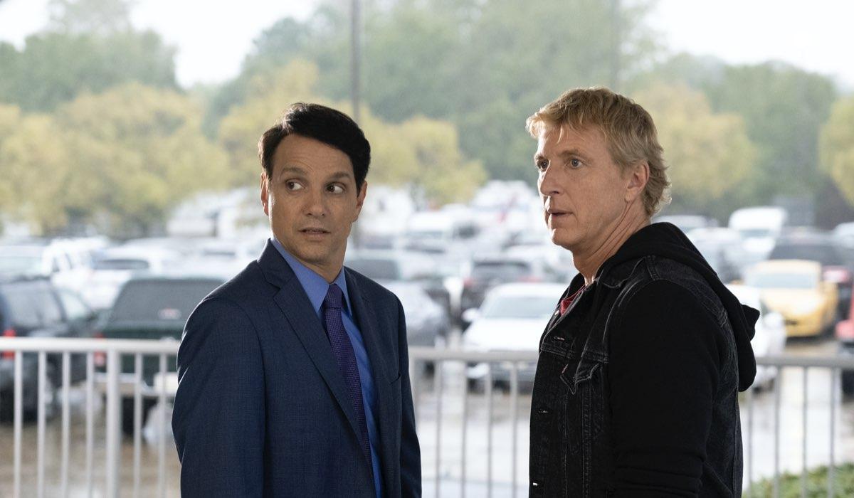 Da sinistra: Ralph Macchio (Daniel LaRusso) e William Zabka (Johnny Lawrence) in una scena di Cobra Kai 3. Credits: Curtis Bonds Baker/Netflix.