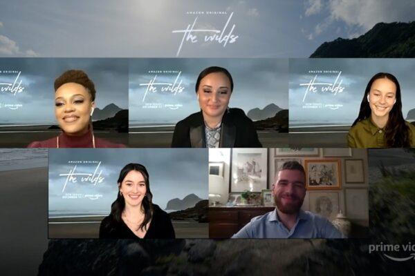 Da sinistra a destra: Reign Edwards (Rachel), Jenna Clause (Martha), Erana James (Toni) e Sarah Pidgeon (Leah) le protagoniste di The Wilds con Paolo Di Lorenzo. Credits: Tvserial.it