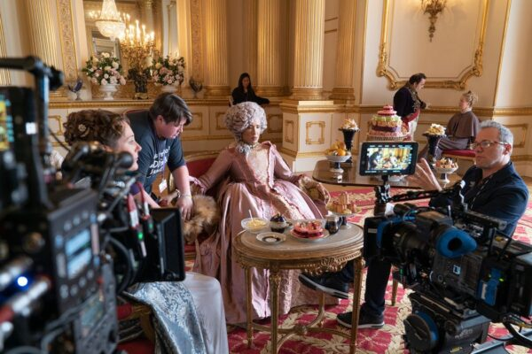 Ruth Gemmell e Golda Rosheuvel con il regista Tom Verica In Bridgerton Credits Liam Daniel/Netflix