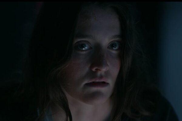 Leah (Sarah Pidgeon) nell'ultimo episodio di The Wilds. Credits: Amazon Prime Video.
