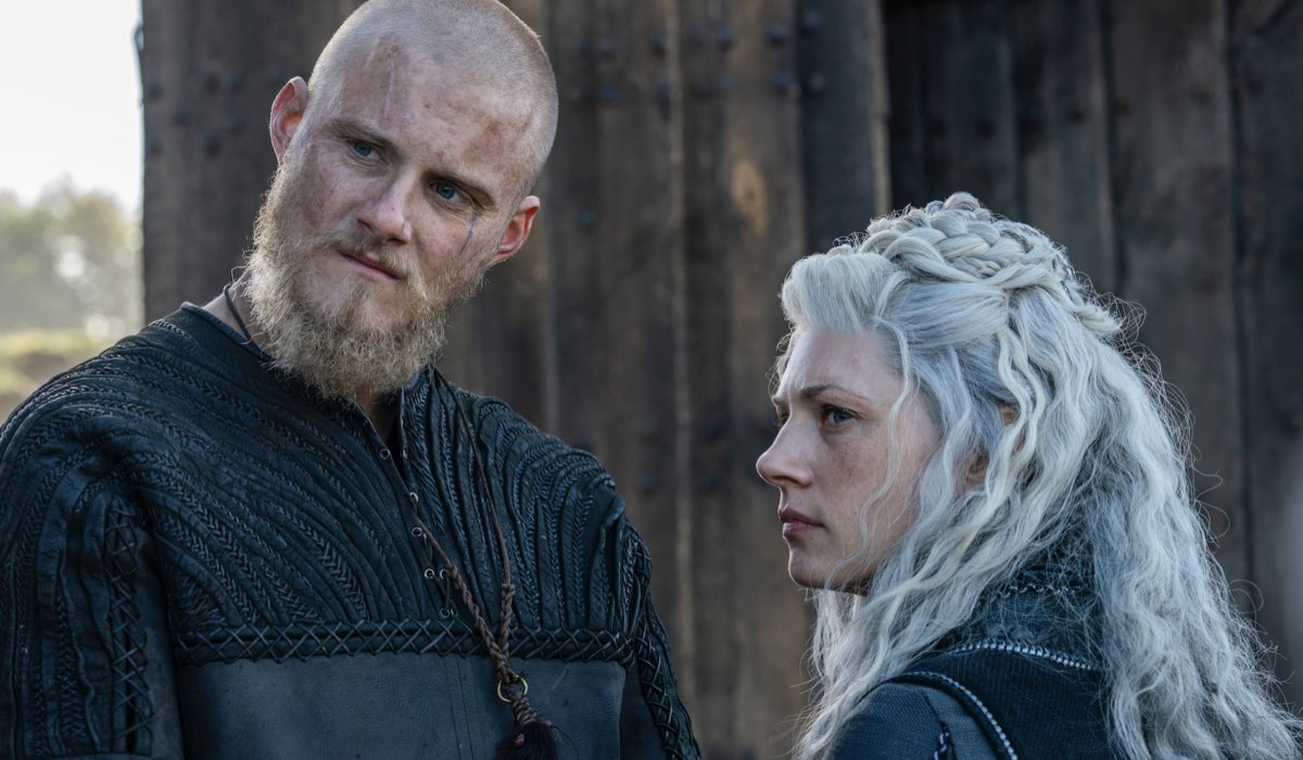 travis fimmel e katheryn winnick in una scena di vikings 6 credits rai 4