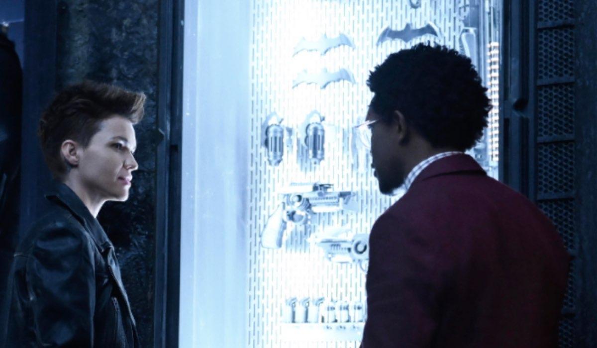Una Scena Di Batwoman Qui Ruby Rose Interpreta Kate Kane E Camrus Johnson Interpreta Luke Fox Credits Mediaset
