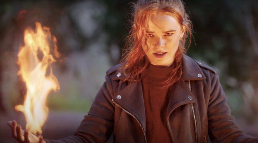 Abigal Cowen interpreta Bloom, Fata del fuoco. Credits: Netflix.