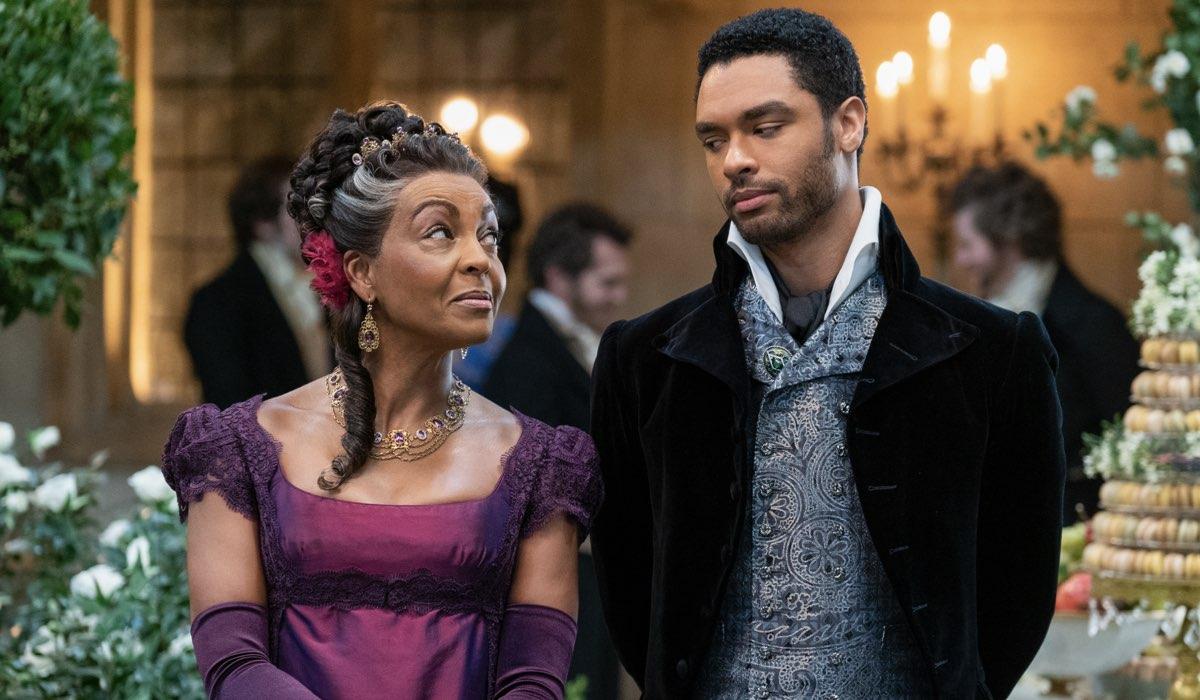 Da sinistra: Adjoa Andoh e Regé-Jean Page sono Lady Danbury e Simon Basset in Bridgerton. Credits: Liam Daniel/Netflix.
