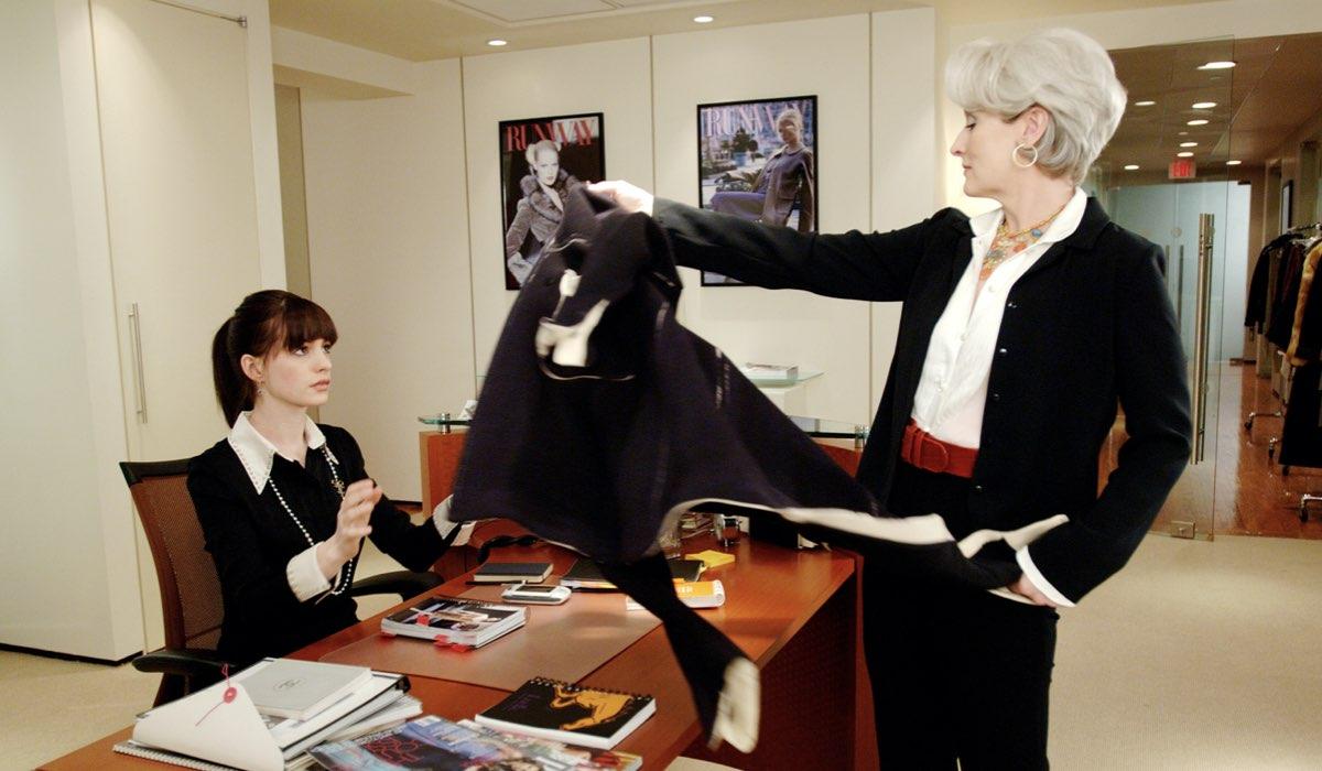 Anne Hathaway e Meryl Streep in una scena de Il Diavolo Veste Prada, nel catalogo Star. Credits: Disney Plus.