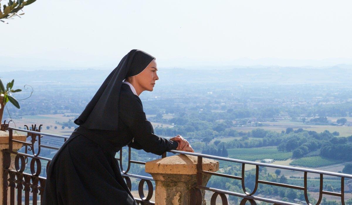 Elena Sofia Ricci ad Assisi In Che Dio Ci Aiuti 6 Stagione. Credits: Lucia Iuorio e Rai