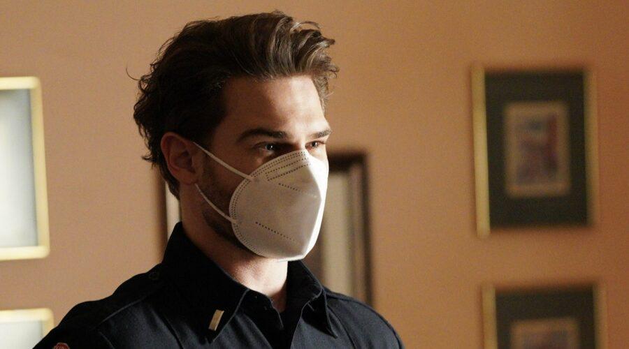 Grey Damon (Jack Gibson) in una scena della quarta stagione di Station 19. Credits: Fox/ABC.