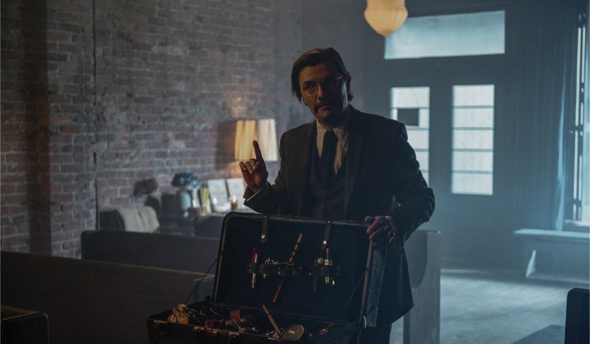 James Urbaniak è Il Mercante di Rarità in Le Terrificanti Avventure di Sabrina Parte 4. Credits: Diyah Pera/Netflix.