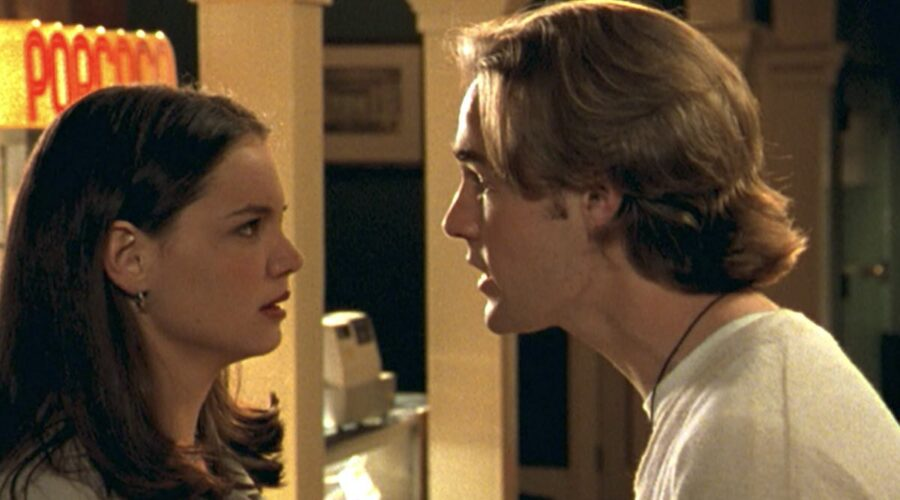 Katie Holmes (Joey) E James Van Der Beek (Dawson) In Dawson's Creek 1x01. Credits: Netflix