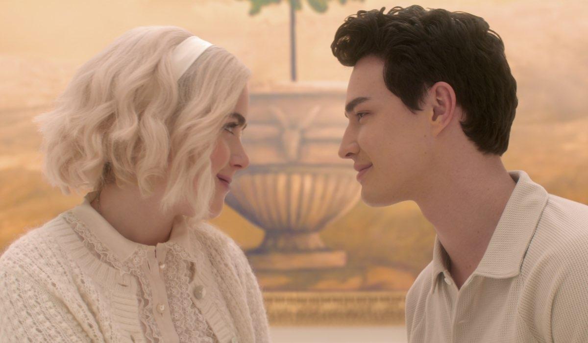 Da sinistra: Kiernan Shipka (Sabrina) e Gavin Leatherwood (Nick) in Le Terrificanti Avventure di Sabrina Parte 4. Credits: Netflix.