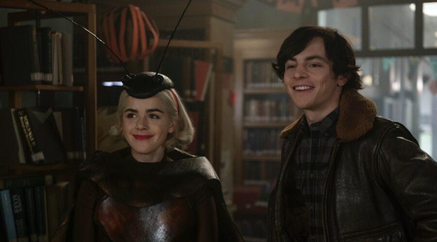 Da sinistra: Da sinistra: Kiernan Shipka (Sabrina) e Ross Lynch (Harvey) in Le Terrificanti Avventure di Sabrina Parte 4. Credits: Diyah Pera/Netflix.