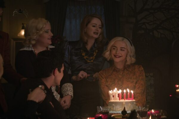 Da sinistra: Lucy Davis (Hilda), Miranda Otto (Zelda) e Kiernan Shipka (Sabrina) in Le Terrificanti Avventure di Sabrina Parte 4. Credits: Netflix.