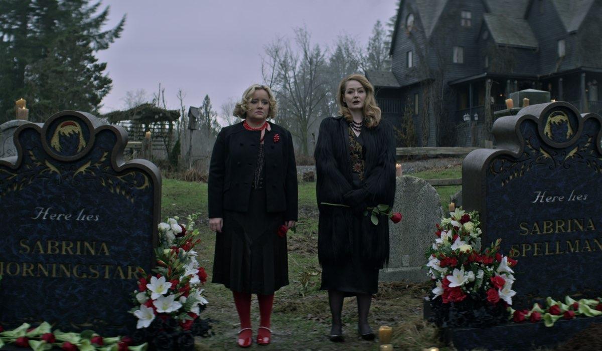 Da sinistra: Lucy Davis e Miranda Otto sono le zie Hilda e Zelda in Le Terrificanti Avventure di Sabrina Parte 4. Credits: Netflix.