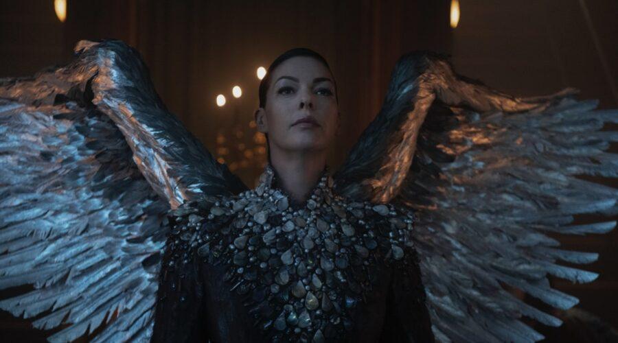Pollyanna McIntosh nei panni di Metatron in Le Terrificanti Avventure di Sabrina. Credits: Diyah Pera/Netflix.