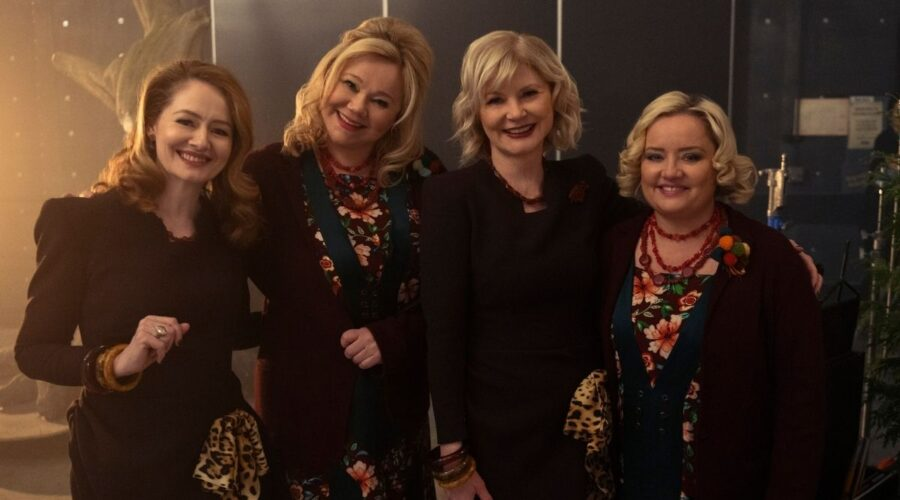 Da sinistra: Miranda Otto, Caroline Rhea, Beth Broderick e Lucy Davis sul set di Le Terrificanti Avventure di Sabrina. Credits: Diyah Pera/Netflix.